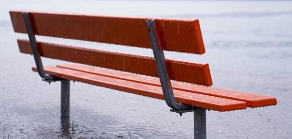 Parkbank im Regen